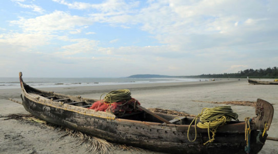 muzhappilangad-beach -treditional-fishing-boat-with-nets